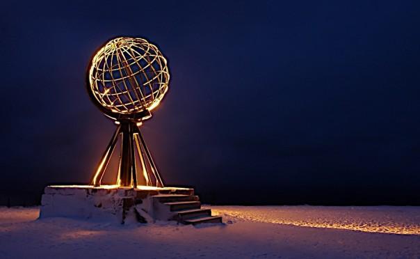 Beleuchtete Nordkap Statue in Norwegen